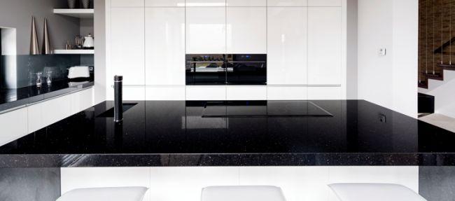 Arbeitsplatte aus Granit -kueche-modern-minimalistisch-grifflos-schwarz-weiss