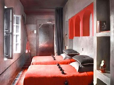 Decoration chambre grise et rouge esprit riad marocain