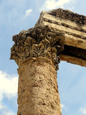 A corinthian order column at the Amman ampitheater.