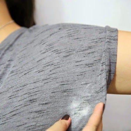Hoe gele deodorant vlekken onder je armen verwijderen op witte Tee