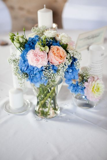 Hortensia bleu, gypsophile, roses vuvuzela, dalhias très pâles, oeillets rose poudré et pêche,  lysianthus blancs, roses branchues blanches