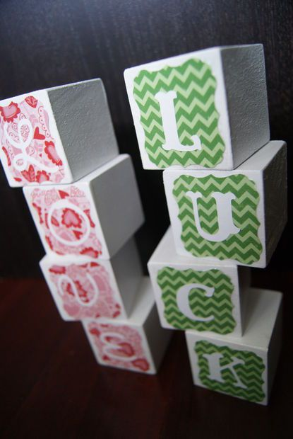 Easy Letter Block Holiday Decoration #papercraft #paper_crafts #Painting #cricut #St_Patricks_day #Valentines