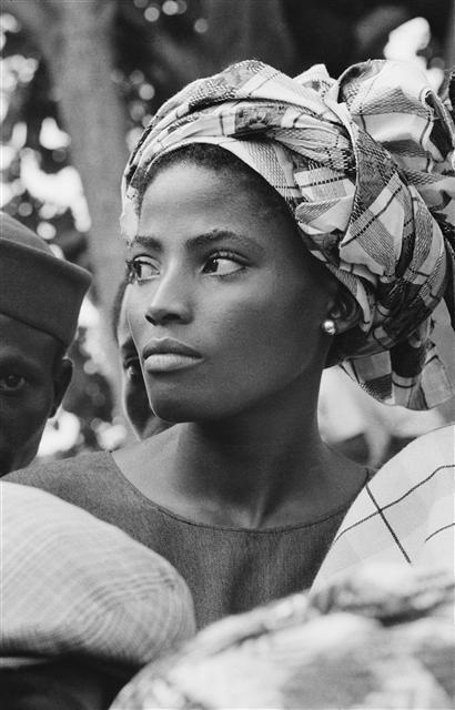 Nigerianne assistant à la visite de la reine Elizabeth. Lagos. 1956.