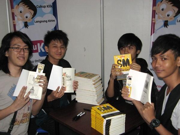 Para Penulis buku #GalauBijak #AkuJujur dan #SMentsalahgaul mempromosikan buku yang telah di tanda-tangan di Stand Bukukita.com @Indobookfair