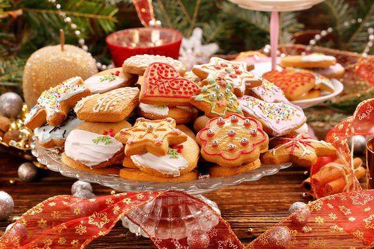 Мастер-класс: готовим имбирное печенье.  Имбирное печенье принято печь всей семьей — эта очаровательная традиция, пришедшая к нам из глубины веков, сближает родственников и превращает Рождество и Новый год в самые светлые, уютные и вкусные праздники. Имбирное печенье в виде оленей, снежинок, елочек и домиков, разрисованных сахарной глазурью, очень вкусный и душевный подарок, который всегда вызывает радость и теплые чувства. #печенье #имбирное #готовимвсейсемьей #традиция #интересно…