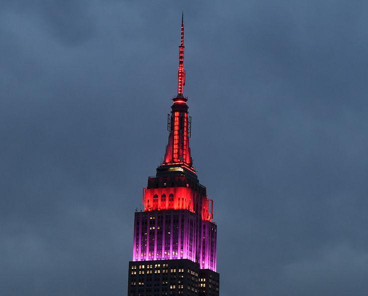 L'Empire state building a New York illuminato con luci rosse e viola per sensibilizzare l'opinione pubblica sulle ragazze nigeriane rapite un anno fa