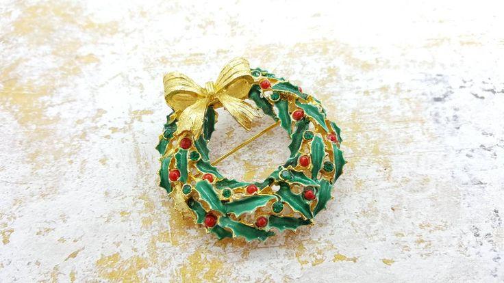 Art Signed Holly Wreath Brooch Holiday Season Shining Colors Gold bow Arthur Pepper #jewellery #brooch