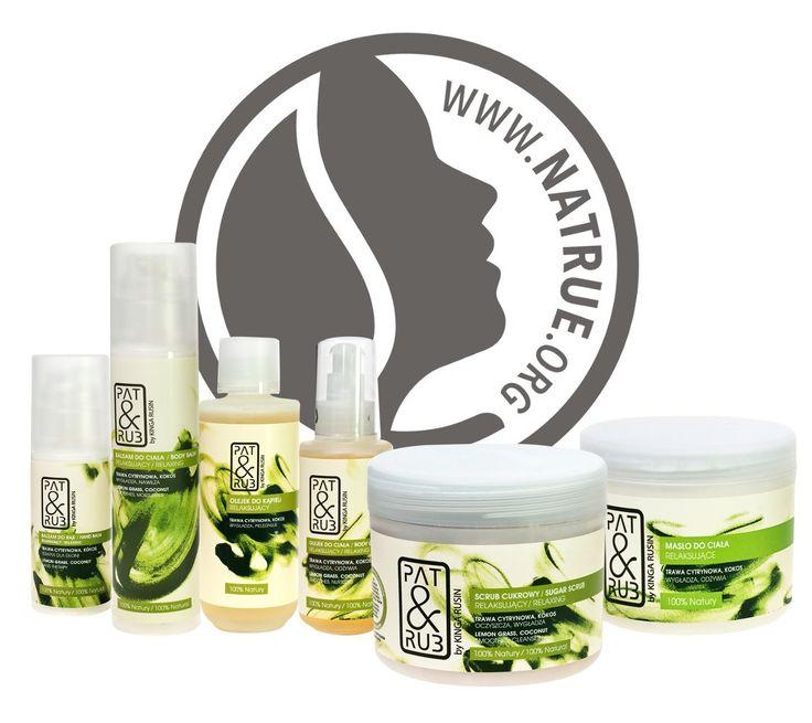 Uzyskaliśmy międzynarodowy certyfikat jakości NaTrue dla relaksujących kosmetyków naturalnych PAT & RUB! To jedna z Waszych ulubionych linii do aromatycznej pielęgnacji ciała. Kosmetyki relaksujące zawierają 100% naturalnych surowców, a ich odprężający aromat jest kompozycją olejków eterycznych: trawa cytrynowa i kokos. Jakość relaksujących kosmetyków naturalnych PAT & RUB potwierdza teraz certyfikat NaTrue.