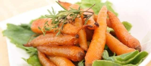 Recept van Jamie Oliver: gebakken worteltjes met komijn, tijm, boter en Chardonnay: Boter en wijn vormen samen een heerlijke saus. Je kunt deze groenten echt...