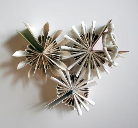 O artista descendente de chinês Daniel Lai, usa uma técnica de dobrar papel parecida com o origami para mostrar a beleza do seu trabalho feito com livros.