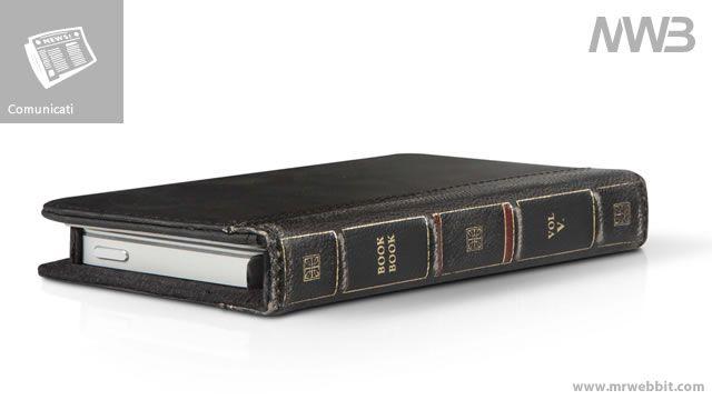 """Proteggere il nostro iPhone è una delle cose diventate davvero """"importanti"""", e alloraperchénon con una custodia che sembra un libro Antico in vera pelle?  Tra gli accessori per l'ultima generazione di dispositivi di casa Cupertino il MacReport segnala BookBook di Twelve South, la custodia per iPhone 5 che ha le sembianze di un libro antico e che unisce in un unico oggetto telefono e portafoglio. Book Book è realizzata in pelle di alta qualità che viene invecchiata a mano per conferire a…"""