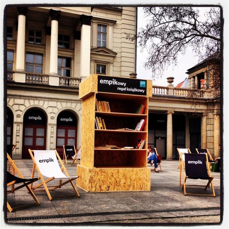 Taką 'wyspę czytelników' zorganizował poznański Empik na Przylądku Arkadia :) Zapraszamy do czytania i wymieniania się książkami :)