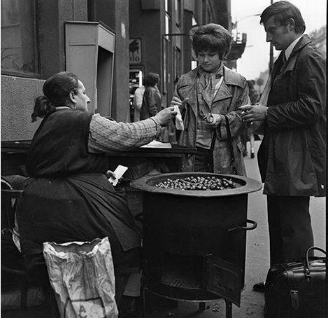 1972. utcai sült gesztenye árus (Szilveszterkor a 28-as végállomásánál a Népszinház utcában is volt, éjfél után ott vettük a gesztenyét, a kőrúti séta közben melegítette a kezünket - persze közben meg fújtuk a szilveszteri dudát is!