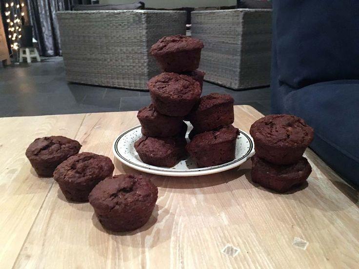 Superlekkere en absoluut niet-droge #muffins! Achttien gezonde #chocolade-#bananenmuffins van volkoren speltmeel, #havermout en pure #cacao met zelfgemaakte #pindakaas, #hazelnoten, #lijnzaad en #rozijnen.