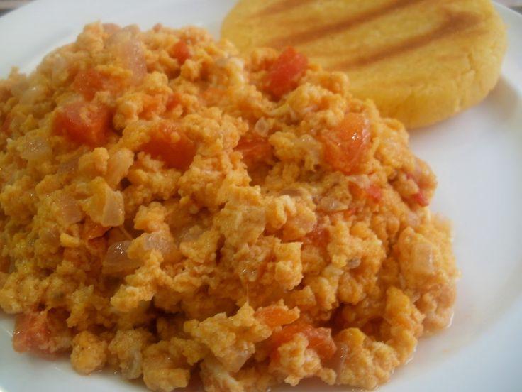 Huevos Pericos (huevos revueltos con tomate y cebolla)