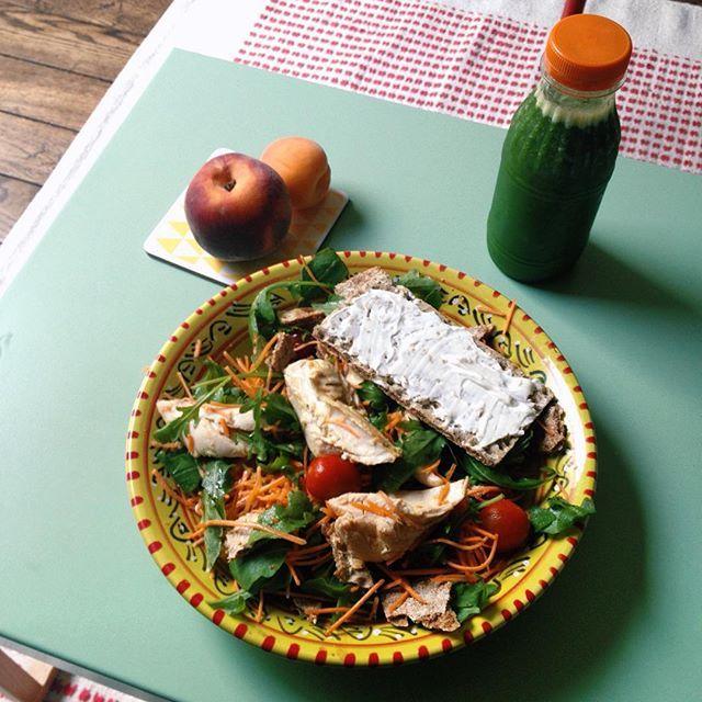 Le plat de feignasse... Si comme moi vous rechignez à cuisiner, faites vous des salades ! En 5 minutes c'est prêt : tomates cerises, roquettes, carottes râpées, restes de poulet rôti du week-end (attention il faut ôter la peau, même si c'est le meilleur), des Wasa fibre et un peu de St Moret et voilà ! Pour le dessert j'ai profité d'une commande de 3kg de fruits sur @miamtag pour ajouter au panier un jus pressé. Miam !  #régimeIG