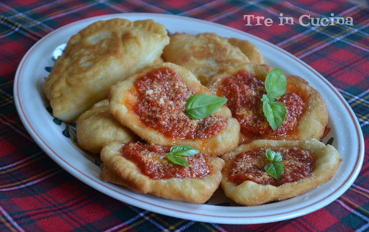 Montanare e calzoncini fritti: ricetta tipica napoletana. Sfiziose pizzette, ricoperte di sugo, parmigiano e basilico fresco o ripiene di ricotta e provola!
