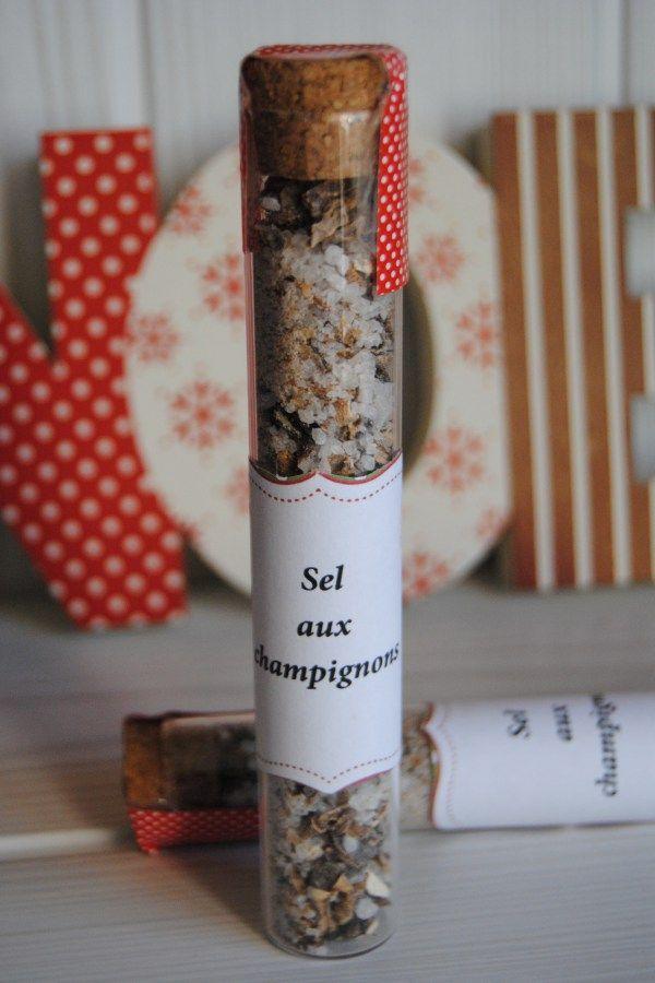 Sel aux champignons : 100g de gros sel, 15g de champignons séchés, quelques grains de poivre  Broyez grossièrement les champignons séchés avec le poivre, mélangez avec le sel.