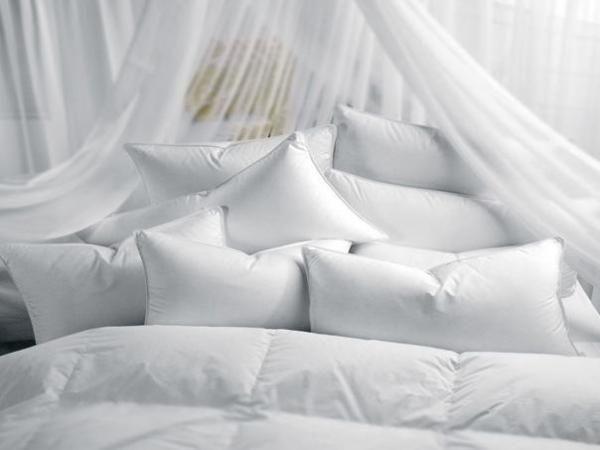 Cómo lavar una almohada. Lavamos las sábadas de la cama semanalmente, el colchón una vez al mes, incluso la funda de la almohada pero, ¿prestamos la misma atención a la almohada en sí? La mayoría de la gente cree que la almoh...