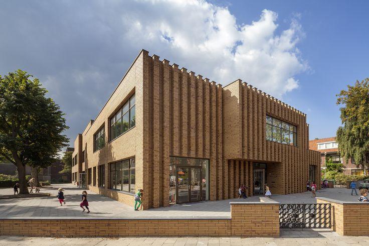 Construído pelo De Zwarte Hond na The Hague, The Netherlands na data 2014. Imagens do ScagliolaBrakkee. O novo edifício da Escola Montessoriana Wallsdorp faz parte do triângulos de escolas no distrito de Benoordenhout. Pr...