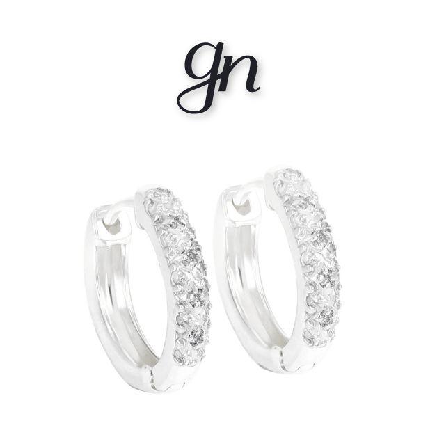 Aretes clásicos estilo huggie. . Oro blanco con diamantes.| Conoce más. facebook.com/joyeriagn/