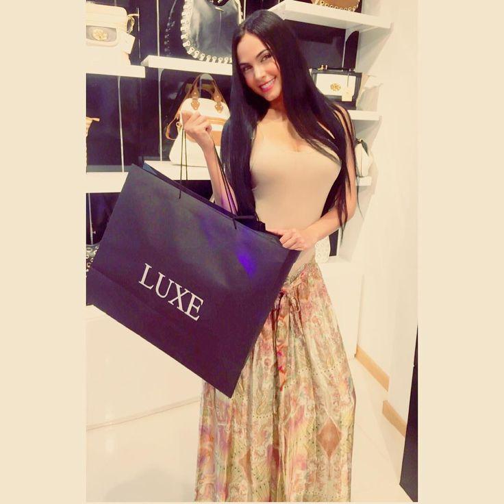 """""""Muy regia con esta cartera divina que elegí en el lanzamiento de #luxestore_co en Colombia, desde ya se encuentran abiertas sus puertas en Bogotá en el…"""""""