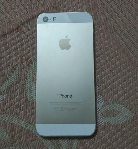 Vendo iPhone com 1 ano e meio de uso. Tem um trincado na tela, a bateria tá meio viciada e ele buga/trava as vezes, tem fone, carregador, a caixinha e vai com 10 capinhas. 97663 4886