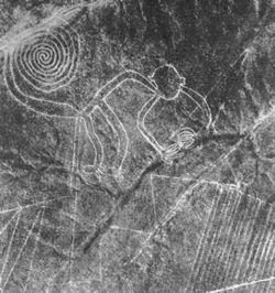 Nazca monkey.Las líneas de Nazca son antiguos geoglifos1 que se encuentran en las Pampas de Jumana, en el desierto de Nazca, entre las poblaciones de Nazca y Palpa (Perú). Fueron trazadas por la cultura nazca y están compuestas por varios cientos de figuras que abarcan desde diseños tan simples como líneas hasta complejas figuras zoomorfas, fitomorfas y geométricas que aparecen trazadas sobre la superficie terrestre.