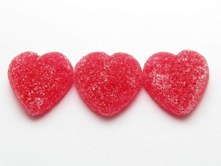 Caramelle gelee - gel candy. 200 grammi di zucchero 2 cucchiai di succo di limone 10 cucchiai di succo di frutta 1 confezione di fogli di gelatina (12 gram
