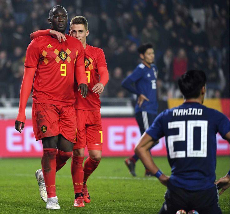Thorgan Hazard feliciteert Lukaku voor zijn 31ste doelpunt bij de Duivels, waardoor hij topschutter aller tijden wordt.