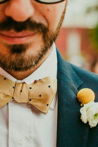 El Color del Año 2021 no será uno, sino dos. El amarillo 'Illuminating' y el gris 'Ultimate Gray' son los elegidos por Pantone para llenar de energía y vitalidad el próximo año. Descubran en este artículo las ideas más geniales para incluirlos en su boda. #amarillo #gris #illuminating #ultimategray #boda #moda #look #novio #moño #pajarita #boutonniere #ideas #pantone #color #2021 #ChristianEspejel #bodascommx Fashion, Tinkerbell, Gray Deck, Grey Suit Groom, Grey Chair, Night Parties, Grey Yellow, Color Of The Year, Tie Bow