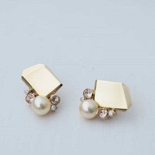 I made these for my sister on her wedding day. She didn't want fancy rings but wanted some serious earring action✨ These are our Fionn Rock studs with some blush stones and pearls added. The original Rock design was created with her in mind (she's always been a fan of statement earrings), so it made sense to use these as a base for something special on a very special day 💖 . . #ISLEjewellery #quietlyconfidentfinejewellery #ISLEwoman #statementearrings #weddingearrings #bridaljewellery…
