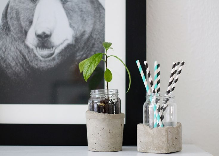 This DIY vase in concrete and glass make your flowers or plants even more beautiful to look at. It can also be used to store, for example straws. Find the guide on the blog.