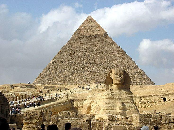 """'A Esfinge de Gizé"""". 'Pirâmide de Quéfren' ao fundo. # Cairo, Egito."""
