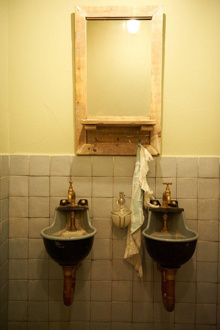 Paardendrinkbakjes doen dienst in het toilet