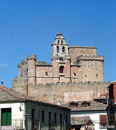 Castillo de Turégano  Situado sobre el emplazamiento de un antiguo castro romano, la curiosa historia del castillo de Turégano, todavía controvertida, hace las delicias de historiadores.  Lo que está claro es que en el siglo XIII se construyó un templo de estilo románico de tres naves.