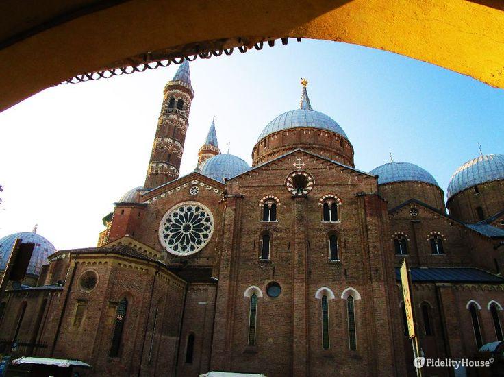 """A Padova basta dire """"Basilica del Santo"""" per capire che ci si riferisce a…"""