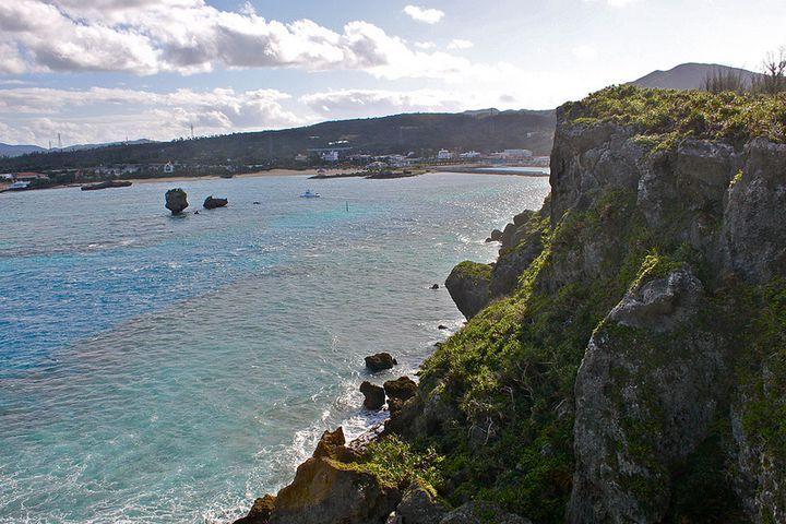 """青い海、白い砂浜。誰もが憧れる日本のリゾート「沖縄」。美しい自然が広がる沖縄は、一年中楽しめる観光スポットがたくさんあります。沖縄を訪れたら一度は行ってみたい、""""沖縄""""の絶景地を紹介します。"""