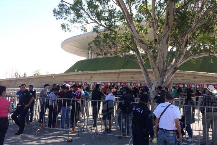 AFICIONADOS DE CHIVAS BUSCAN BOLETOS DESDE LAS 4:30AM Revendedores trataron de hacer fila para adquirir más entradas para el juego ante Toluca en el estadio de Chivas.