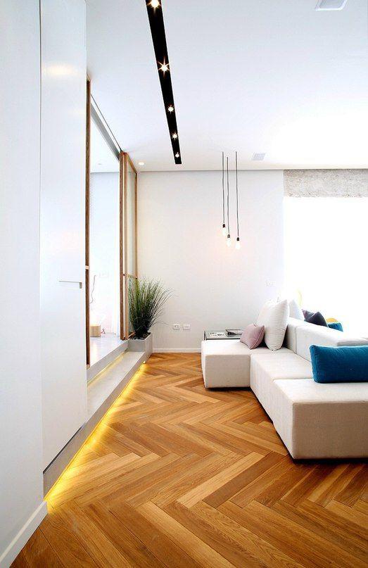 Резиденция площадью 90 кв. метров выполнена в современном стиле с элементами лофта. Большие окна, белые стены с чёрными акцентами, полы «ёлочкой», деревянные элементы, голые бетонные колонны и стильная дизайнерская мебель — дизайнеры отлично совместили различн�