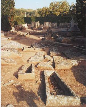 Les tombes mérovingiennes étaient des sarcophages de plâtre, des cercueils en bois ou parfois des individus en pleine terre. Celles-ci contiennent usuellement de nombreux bijoux de verre, des armes, des restes de vêtements et diverses offrandes. Ce n'est qu'à l'époque carolingienne, que les offrandes furent interdites par l'Église, en tant que pratique païenne