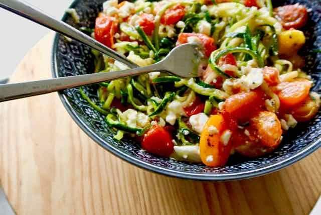 Een tijdje geleden kocht ik zo'n apparaatje waar je van groente spaghetti-slierten kan maken.Dit is een klein wonderapparaatje. De courgettes zijn binnen no time omgetoverd in mooie spaghetti-slierten. Als eerste maak ik een salade. De sla heb ik vervangen door de slierten van de rauwe