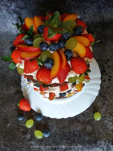 Rustykalny tort kakaowy z kremem cappuccino i owocami