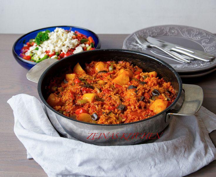 Djuvec är en fantastisk risrätt från Balkan som kan tillagas på olika sätt. Den kan göras med ris, kyckling eller som jag har gjort här helt vegetarisk. Smakerna är utsökta och det är en av de godaste risrätterna jag har smakat. Mustig och full med smaker. Du kan servera rätten med sallad, gärna med shopska sallad, eller som tillbehör vid tex kyckling. 6 portioner 3 dl risotto- eller långkornigt ris 3 msk tomatpure Ca 1 msk vegeta (kan ersättas med 1 grönsaksbuljong) 2 tsk paprikapulver 8 dl…