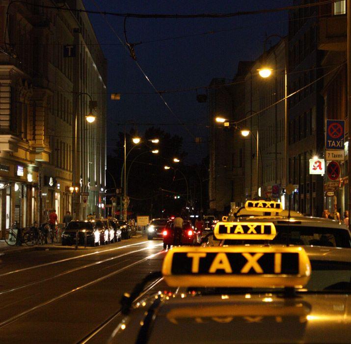 Taxi en Berlin. Precios por kilómetro, números de teléfono y tarifa Kurzstrecke para viajar barato. ¡Entra y entérate de todo!