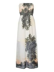 Maxi dress from VERO MODA with cool jungle print. We love this dress for when going to the beach. #veromoda #maxidress #print #fashion #style #summer #beachwear