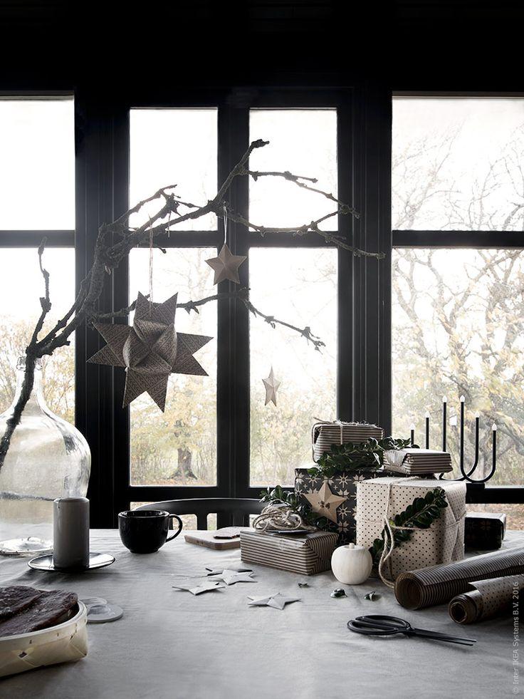 På köksbordet dukar vi upp för den årliga julklapps-inslagningen. Pepparkakor, tända ljus och väldoftande glögg förstärker den mysiga stämningen. VINTER presentpapper med diskreta traditionella mönster ger vackra klappar som och bjuder in till gröna utsmyckningar från naturen.