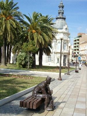 Escultura de soldado en Cartagena, España