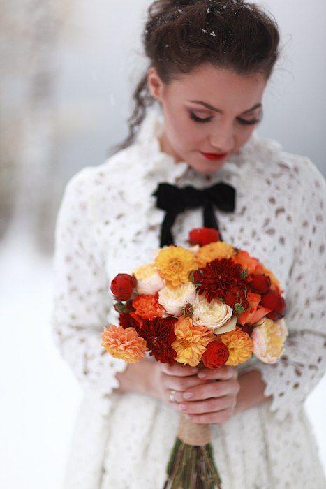 Осенний букет из желтых, красных и оранжевых георгинов , розы вувузела и красных пионов