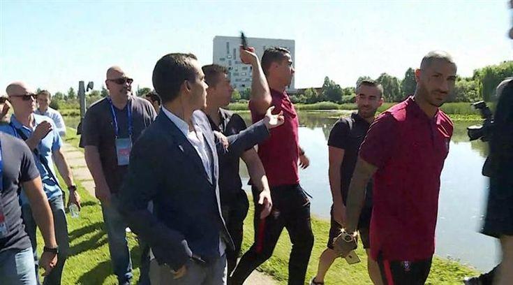 Cristiano Ronaldo. Arremesso de microfone gera centenas de brincadeiras na Internet